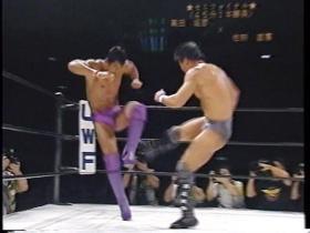 明らかに足を痛めた高田にローの追い討ち