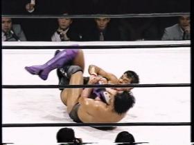 潰して上になった佐野は膝十字へ、