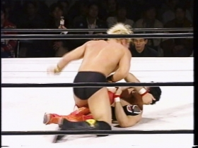 逆に膝十字にいくが、ヤマケン掌打の連発で脱出、