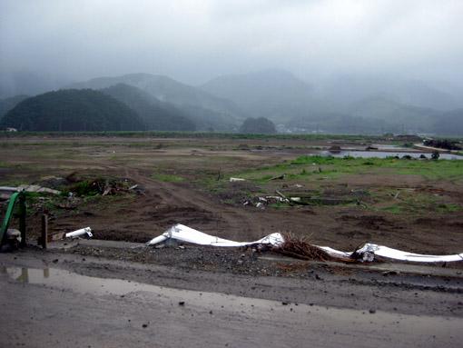 石巻市 北上側沿いの道 県道30号 (2011年8月,遠藤夕幻・撮影)