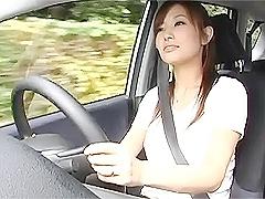 綺麗なお姉さんの運転中に、エッチないたずらでその気にして......