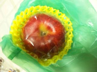 振り回す軸のりんご
