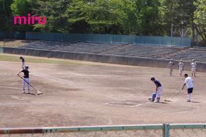 学校に囲まれた球場