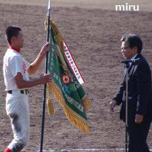 優勝旗を受け取る中村キャプテン