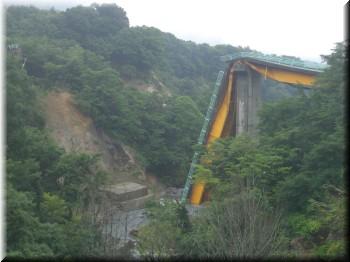 地震で崩れた橋