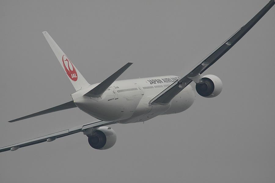 JAL B777-246 JAL102@下河原緑地展望デッキ(by EOS50D with SIGMA APO 300mm F2.8 EX DG/HSM + APO TC2x EX DG)