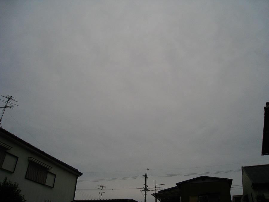 天気予報じゃ晴れと言う空。。。ドン曇り@自宅前(by IXY DIGITAL 910IS)