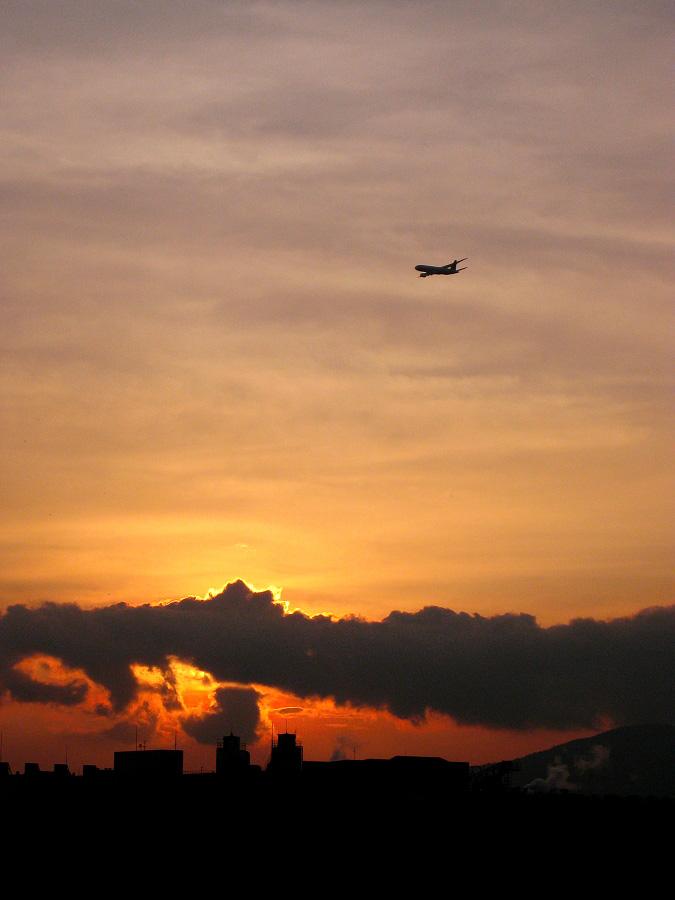 今夕の見所♪夕空&JAL B777-246 JAL130@RWY14Rエンド・猪名川土手(by IXY DIGITAL 910IS)