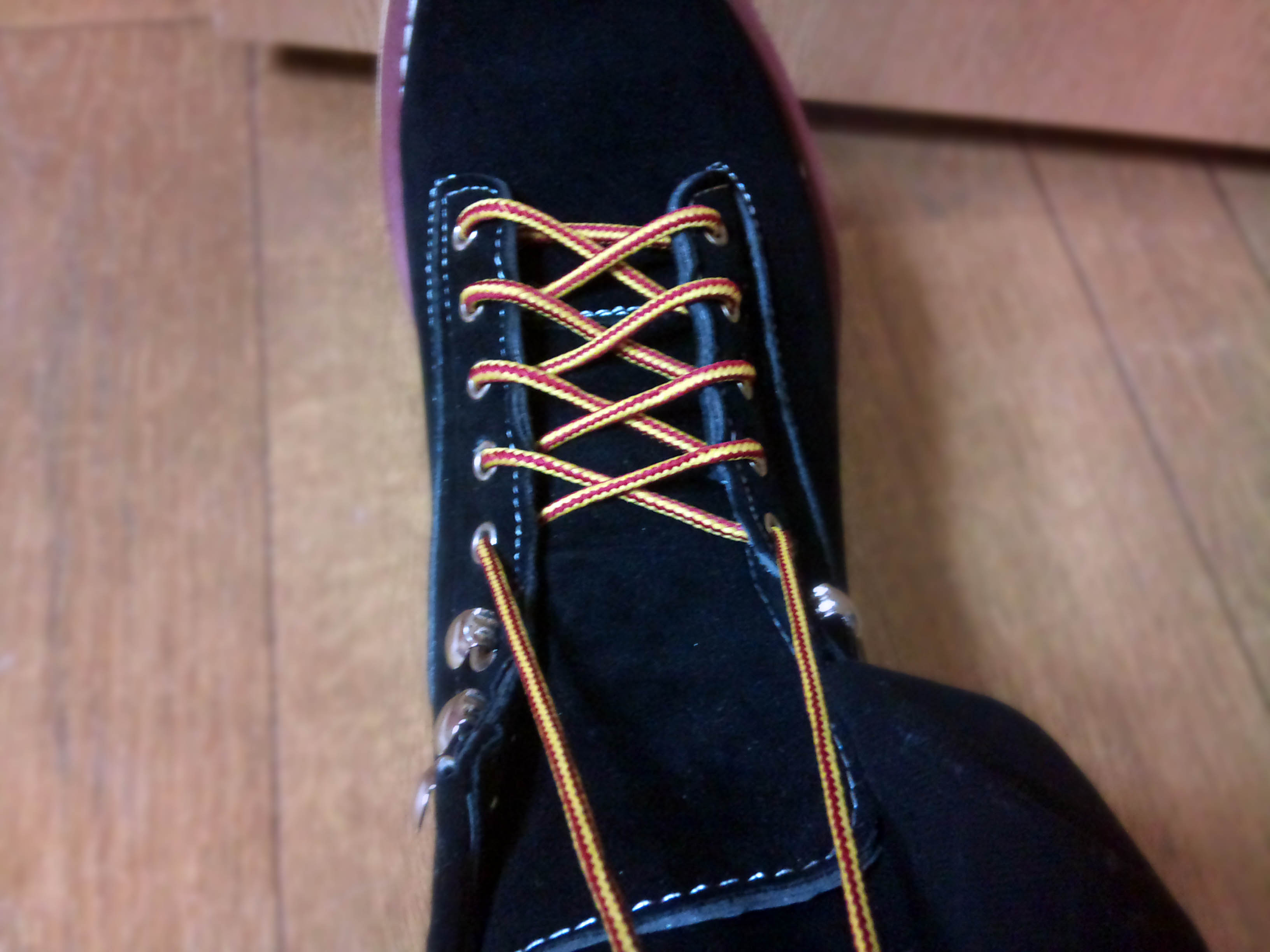 まず靴紐を2本とも持ちます