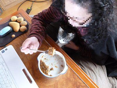 朝食の残りカレーを食べるワタクシ