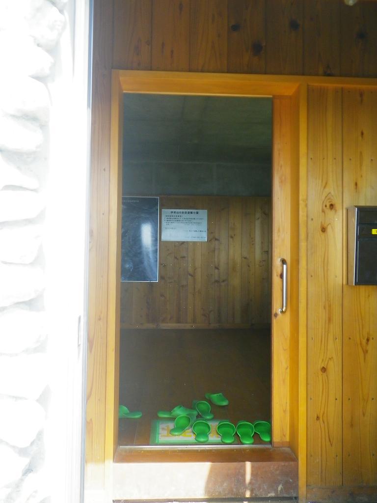 伊吹六合目非難小屋の入口