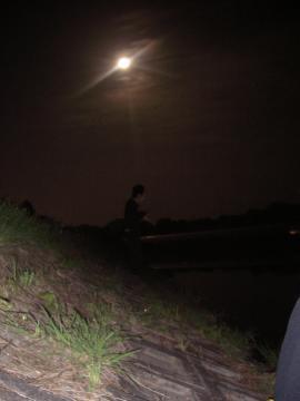 月明かりの下で