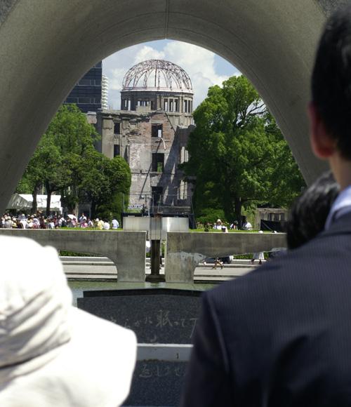 慰霊碑とドーム1
