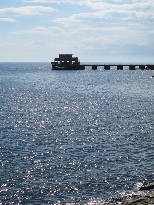 海に浮かぶ回天発射塔