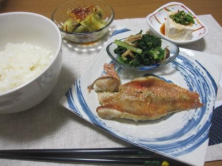 2日 赤魚のオーブン焼き 小松菜のおひたし ひややっこ 焼きナス