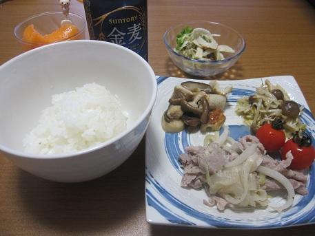 2日 豚肉と玉ねぎの炒め物 レンジだけもやしチーズ きのこのガーリックソテー ごぼうサラダ
