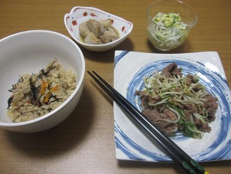 30日 じゅーしー 牛肉ともやしの炒め物 里芋のたいたん 酢もの