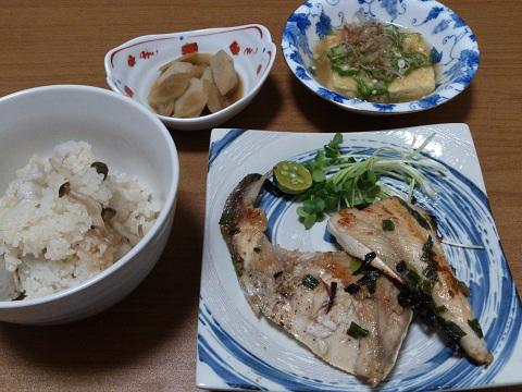 21日 ブリのやいたん 揚げ出し豆腐もどき さといもの炊き込みご飯 さといものたいたん