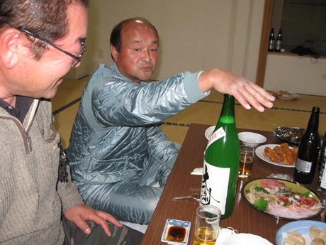 実は日本酒暴発寸前、押さえてます。_R