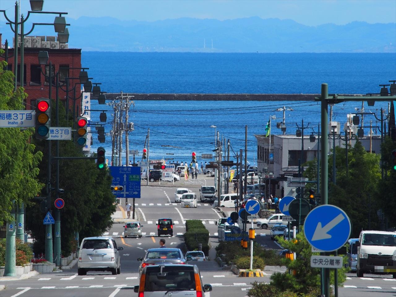 坂道の下の小樽港
