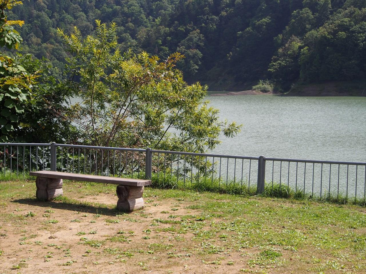 桂沢湖の手前にあるベンチ