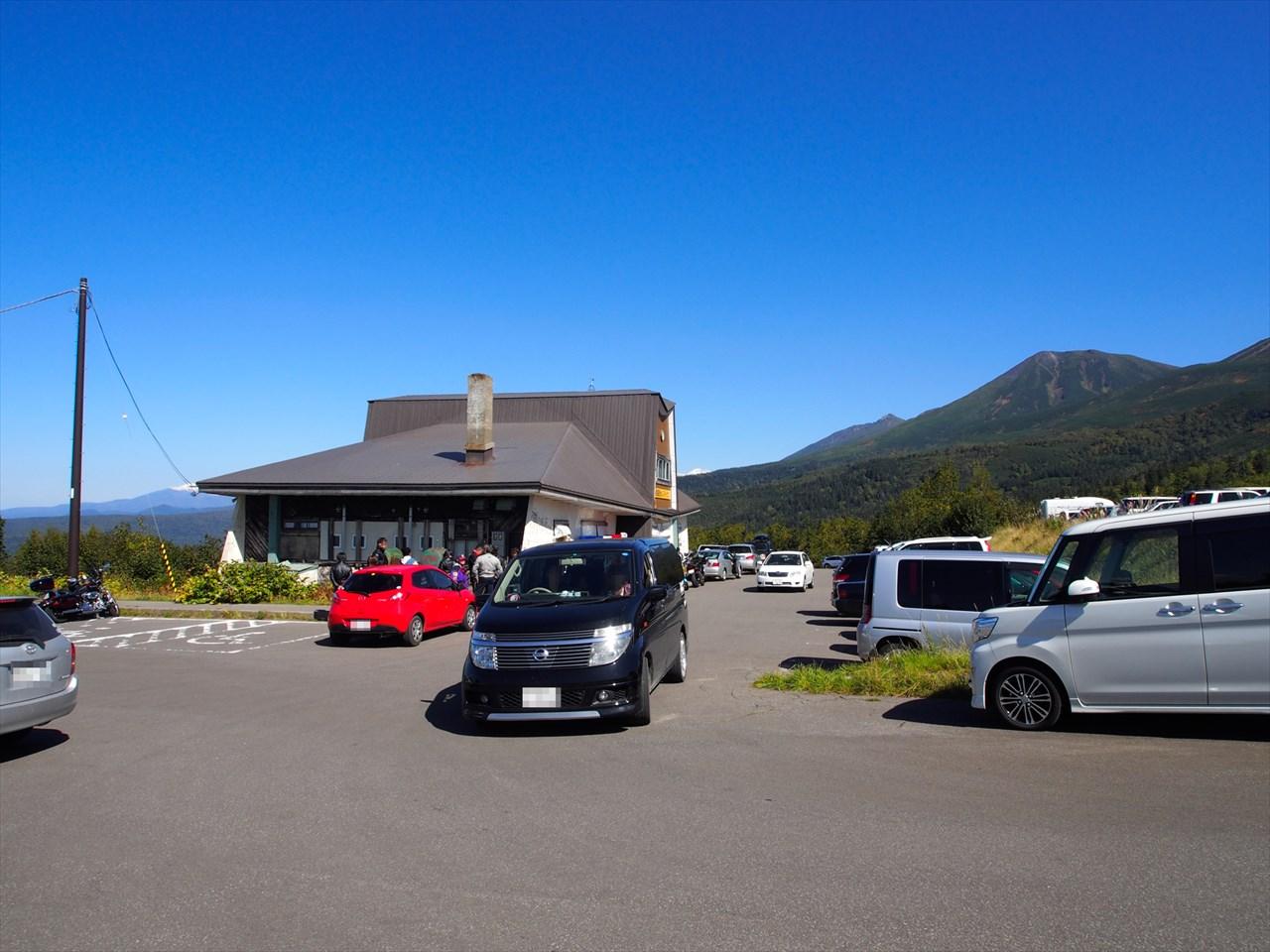 レストハウスと駐車場の風景