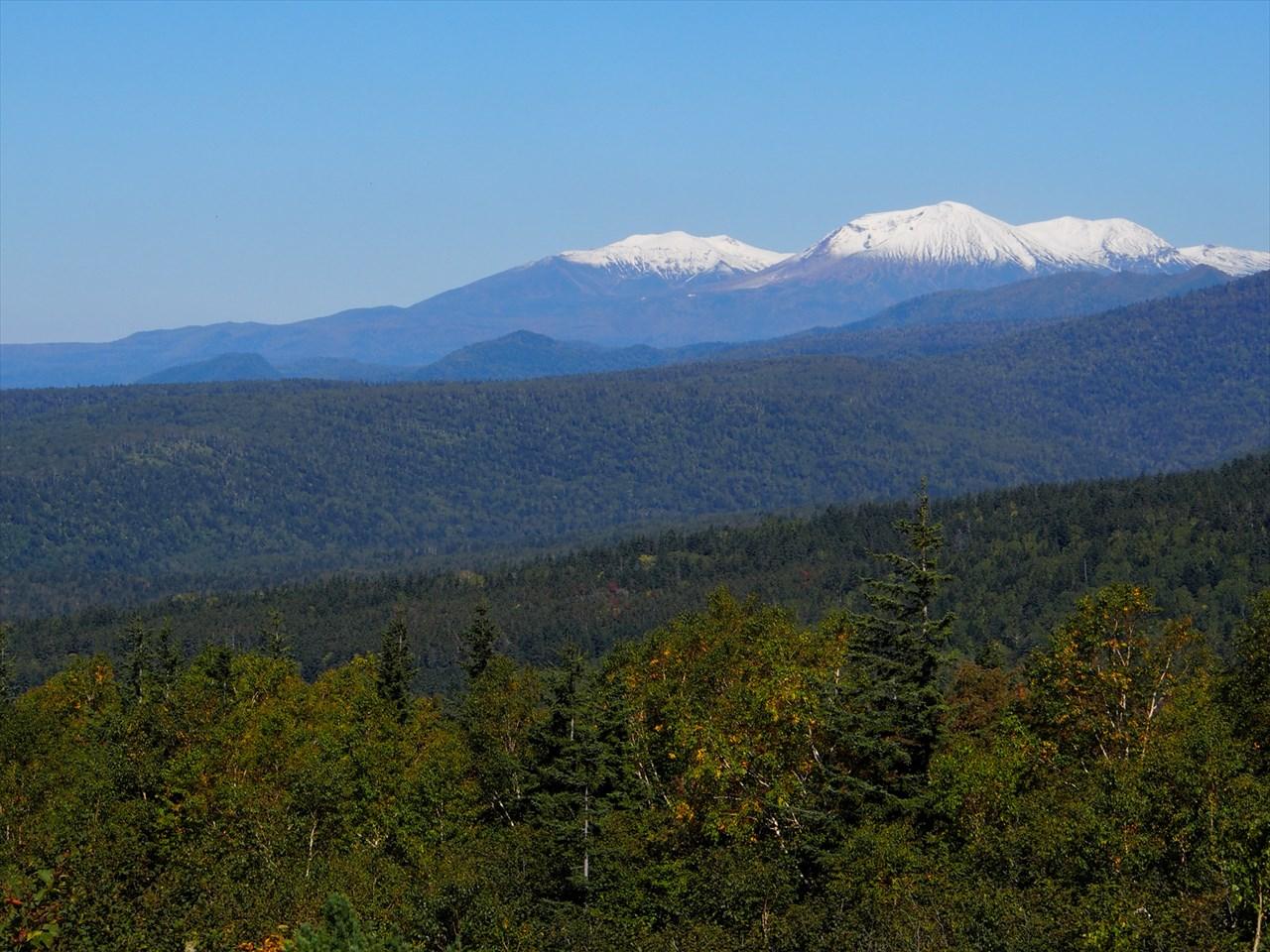 十勝岳望岳台から見た旭岳