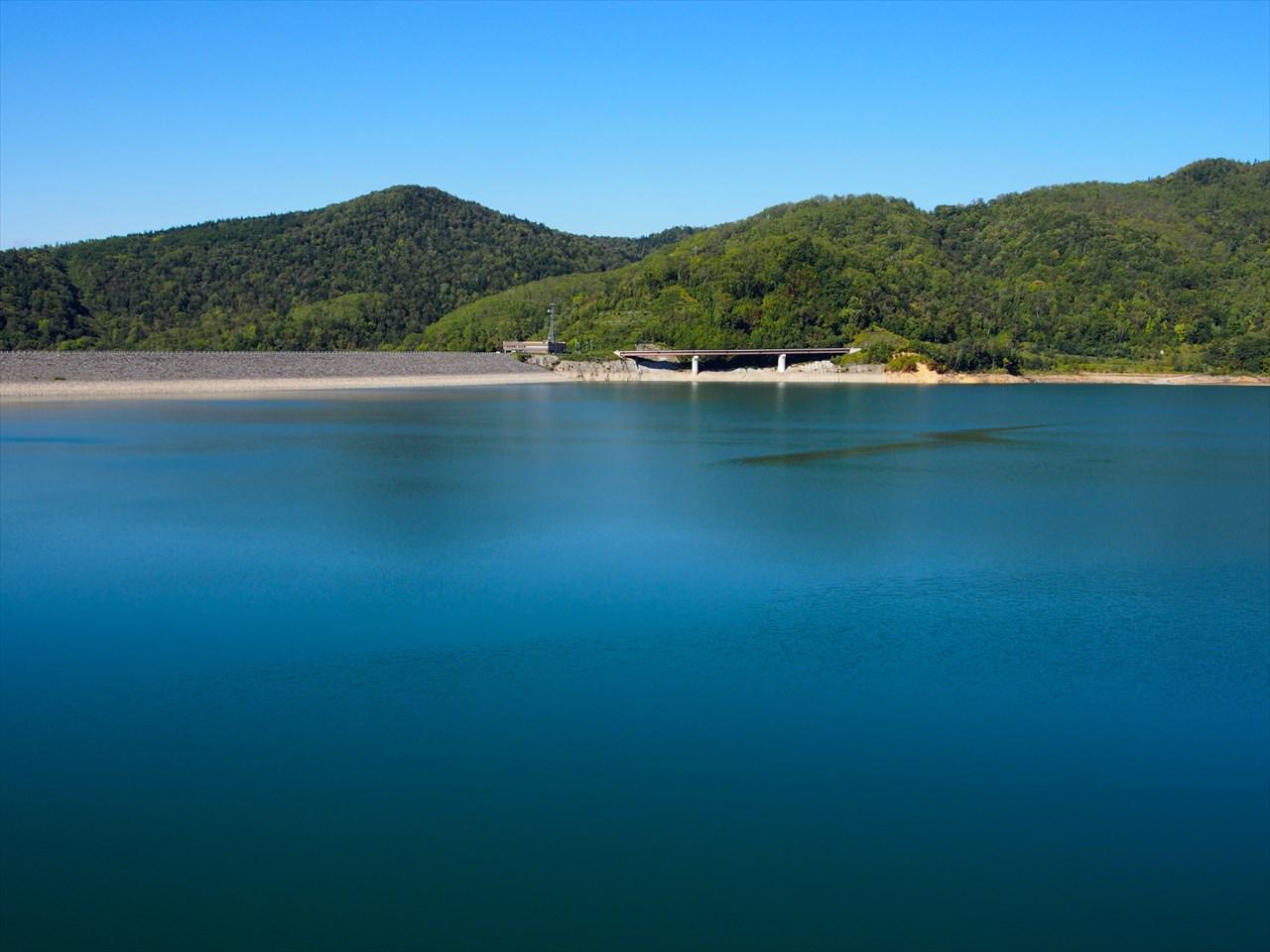 青い忠別湖