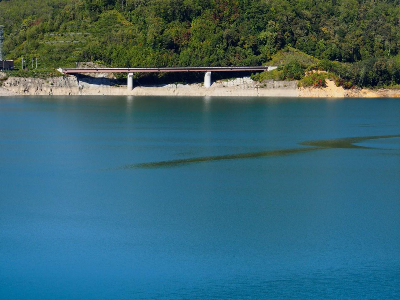 忠別湖の奥に見える橋