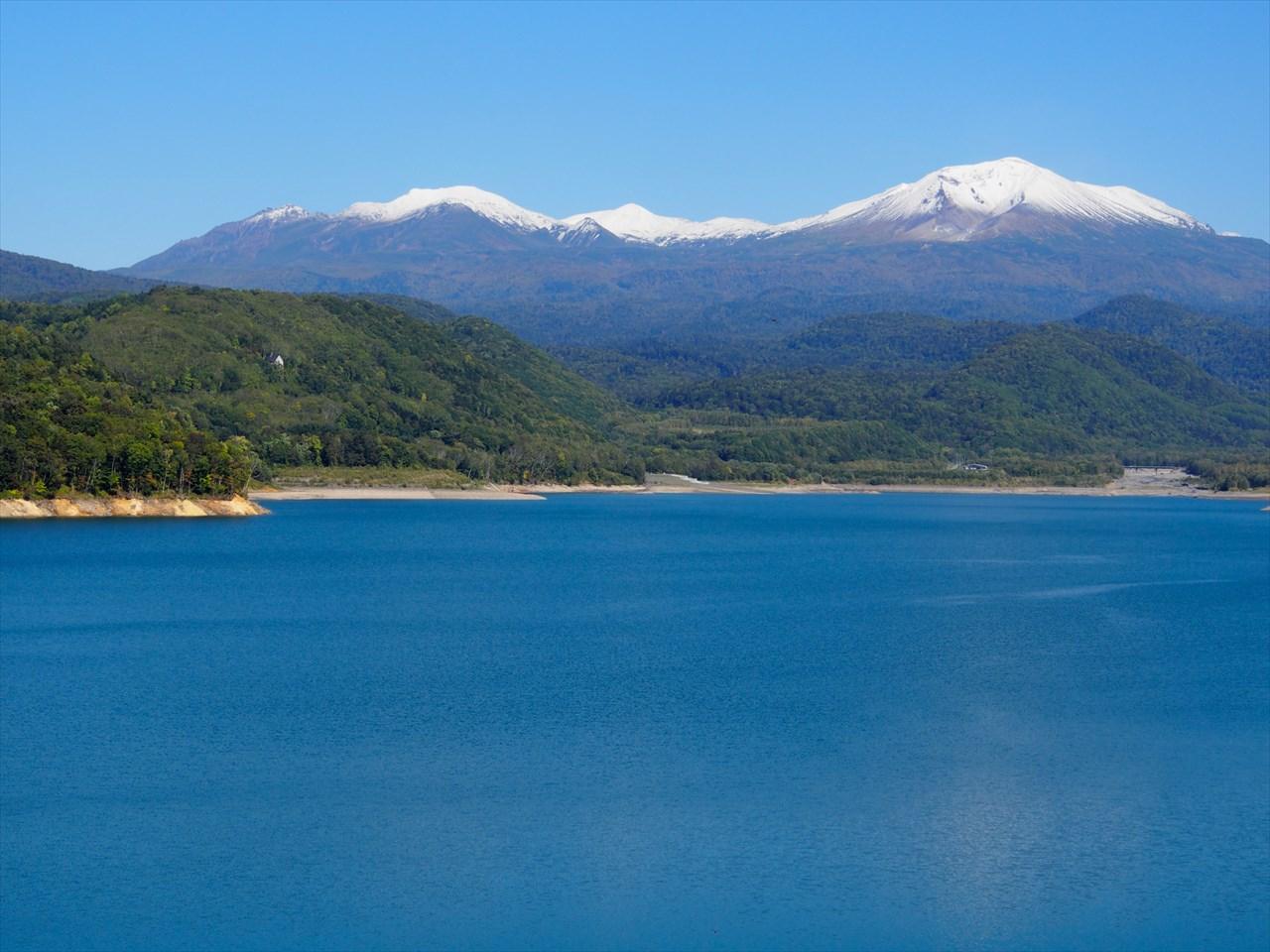 湖の向こうに威容を見せる旭岳