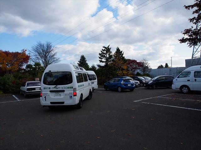 平岡樹芸センターの入り口前にある駐車場travel1337_R.jpg