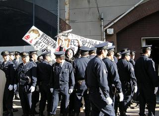 民主の街頭演説で不当逮捕