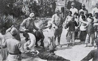 中国人の子供と遊ぶ日本兵
