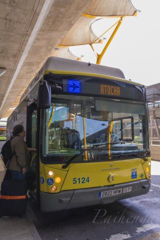 黄色いバスでアトーチャへ