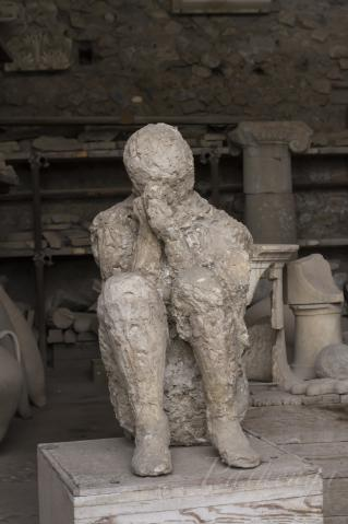 遺体の跡に石膏を流し込む