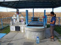 101道端の井戸で水を汲む_サイズ変更
