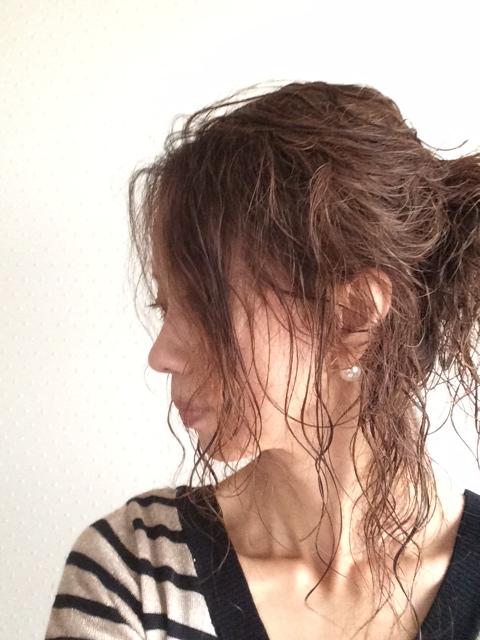ルーズにまとめたヘアースタイル