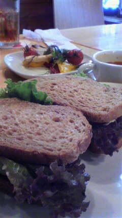 アボカドとえびのサンドイッチ
