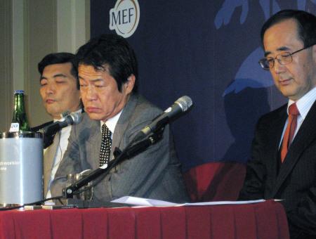 篠原尚之向かって左、右は白川日銀総裁
