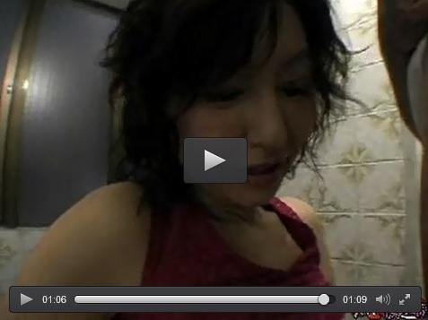 無修正 エロ下着の里中亜矢子と浴室で 五十路