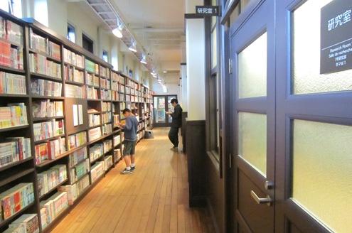 5)研究室前の廊下の書棚