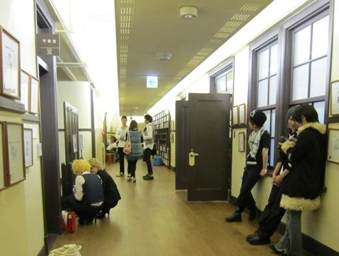 10)守衛室前の廊下