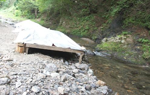 13)川べりのダイニングテーブルはクローズ