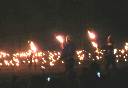 30.5)約1000本の松明が灯ります