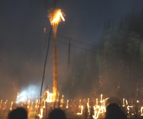 33)松明が入って燃える