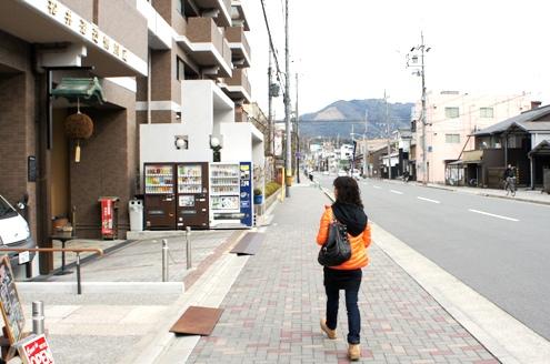 8)松井酒造鴨川蔵.正面に見えるのは大文字山