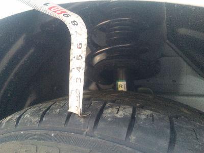 デミオスポルトノーマルのタイヤとフェンダアーチ間の距離 約80mm