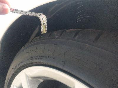 デミオスポルト、車高を落とした後のタイヤとフェンダアーチ間の距離 約30mm