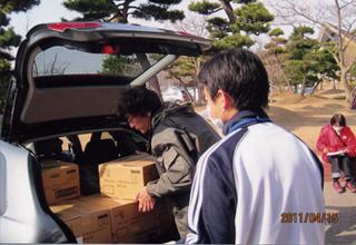 物資を積み降ろしする避難所所長