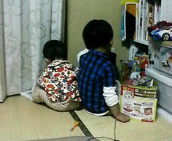 仲よく遊ぶ2人